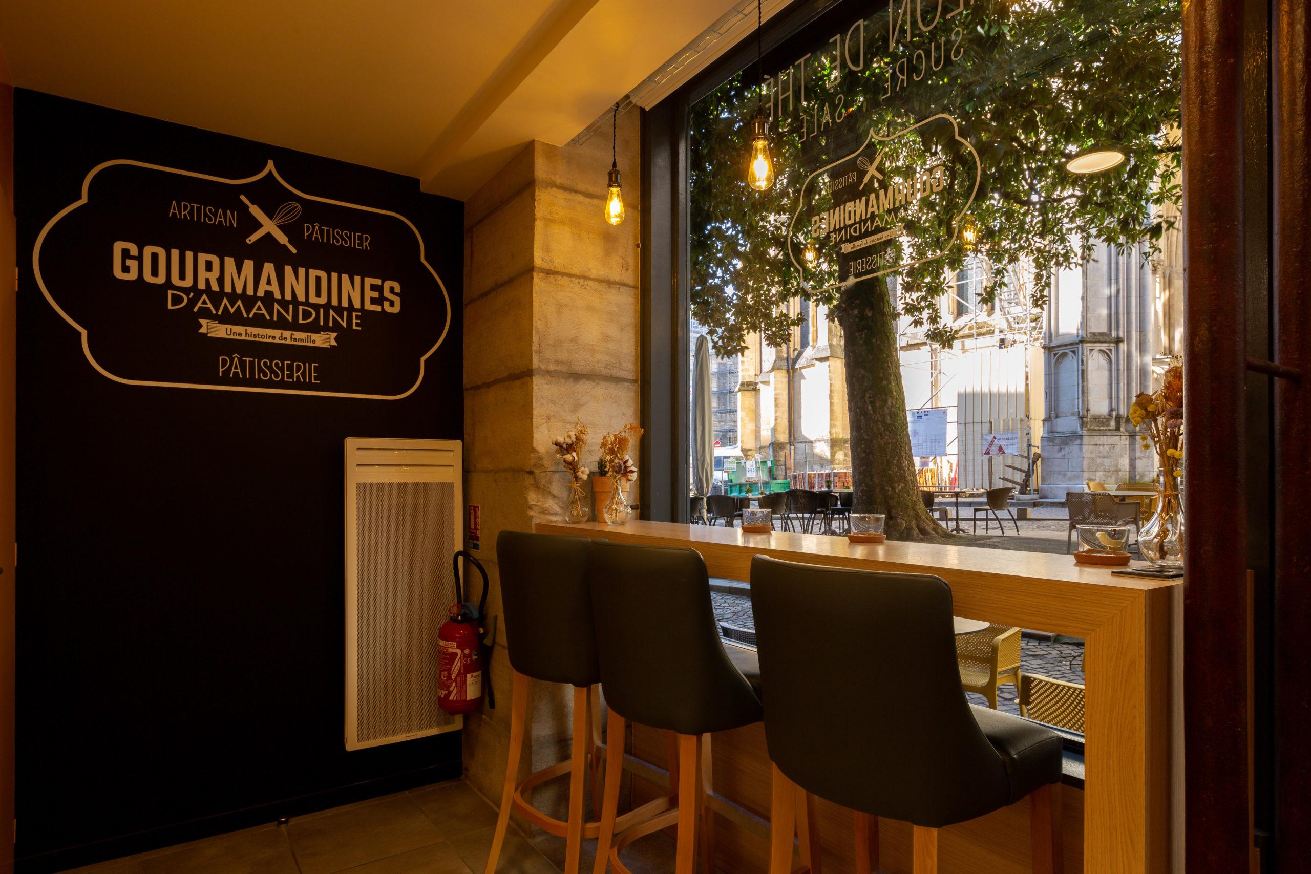 Atelier-Plurielles-Architectures-Aménagement-patisserie-Bayonne-table haute