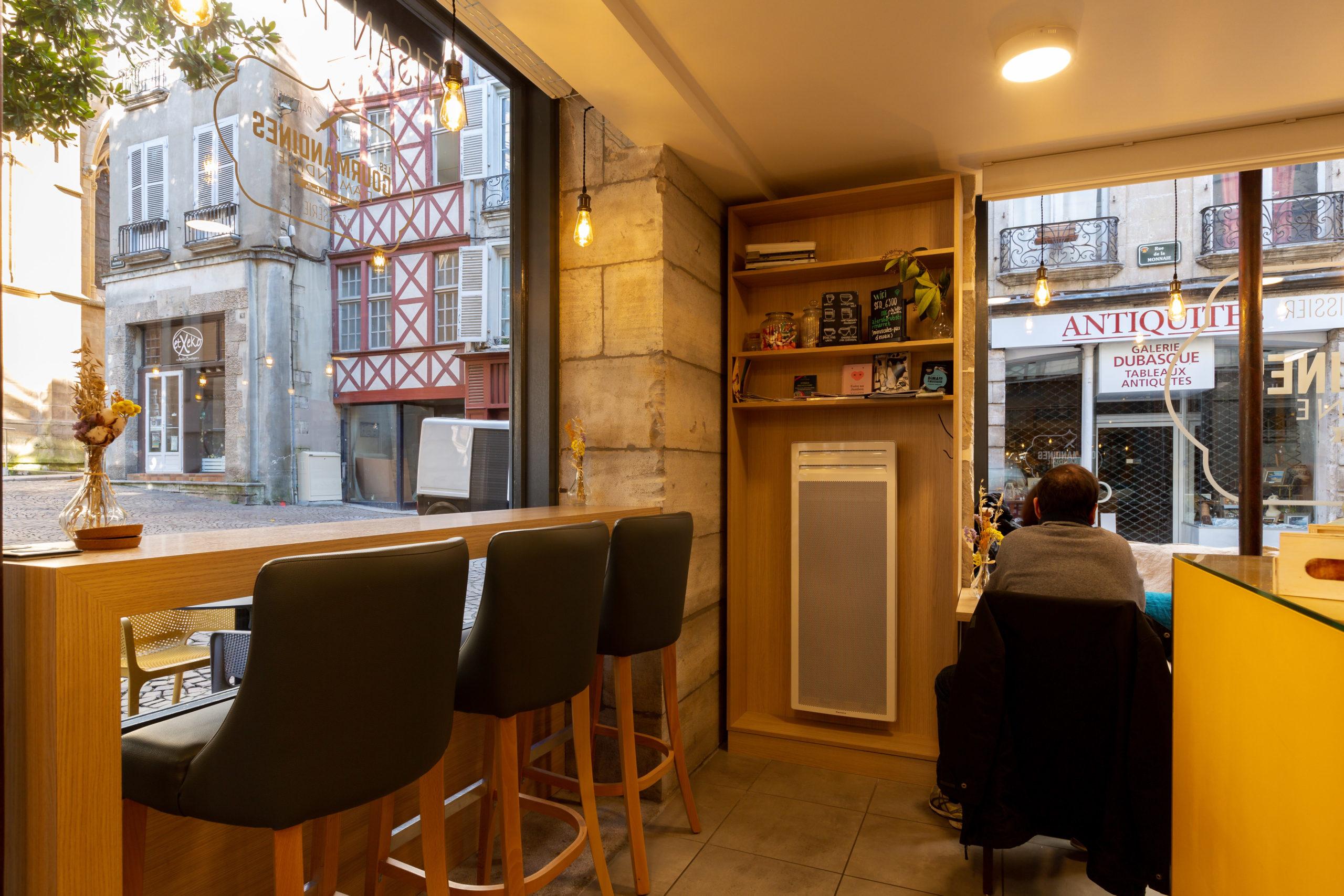 Atelier-Plurielles-Architectures-Aménagement-patisserie-Bayonne- table